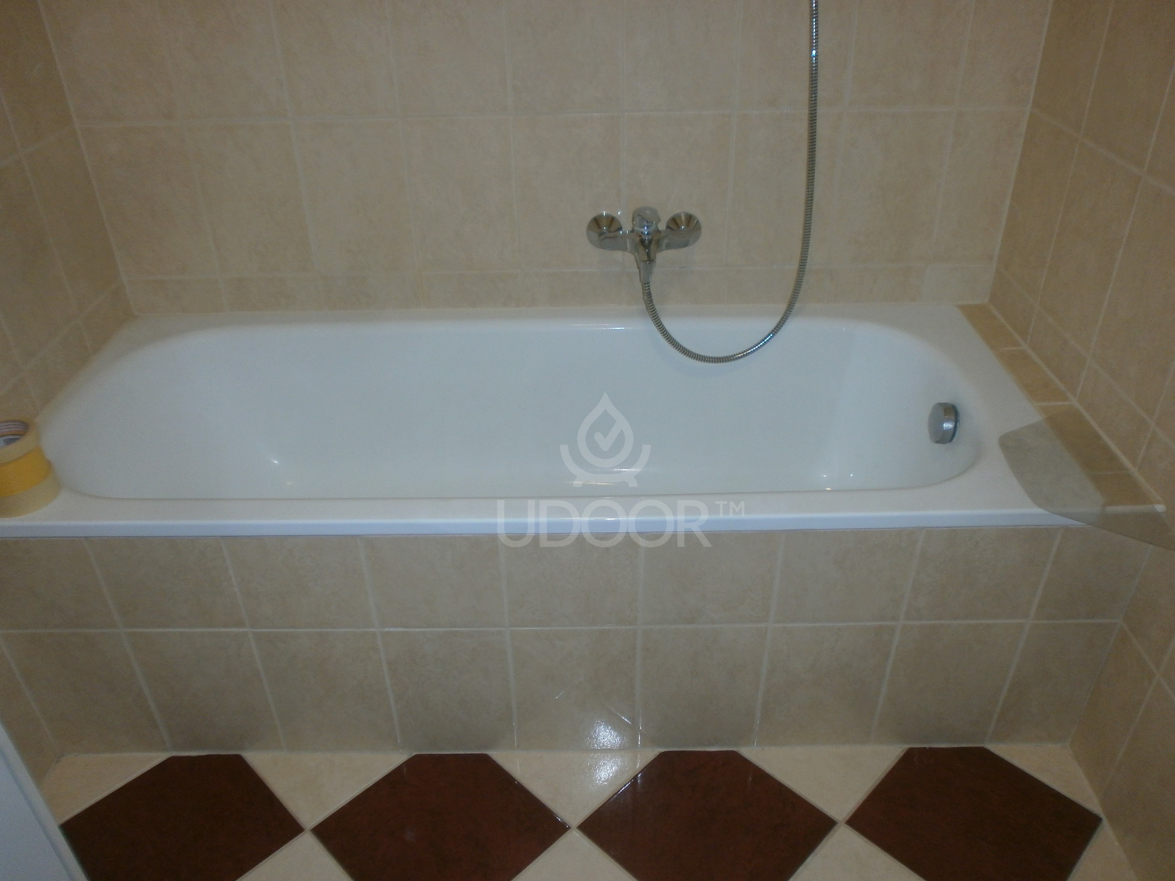 Sheet metal bathtub with brick wall - UDOOR - Bathtub door