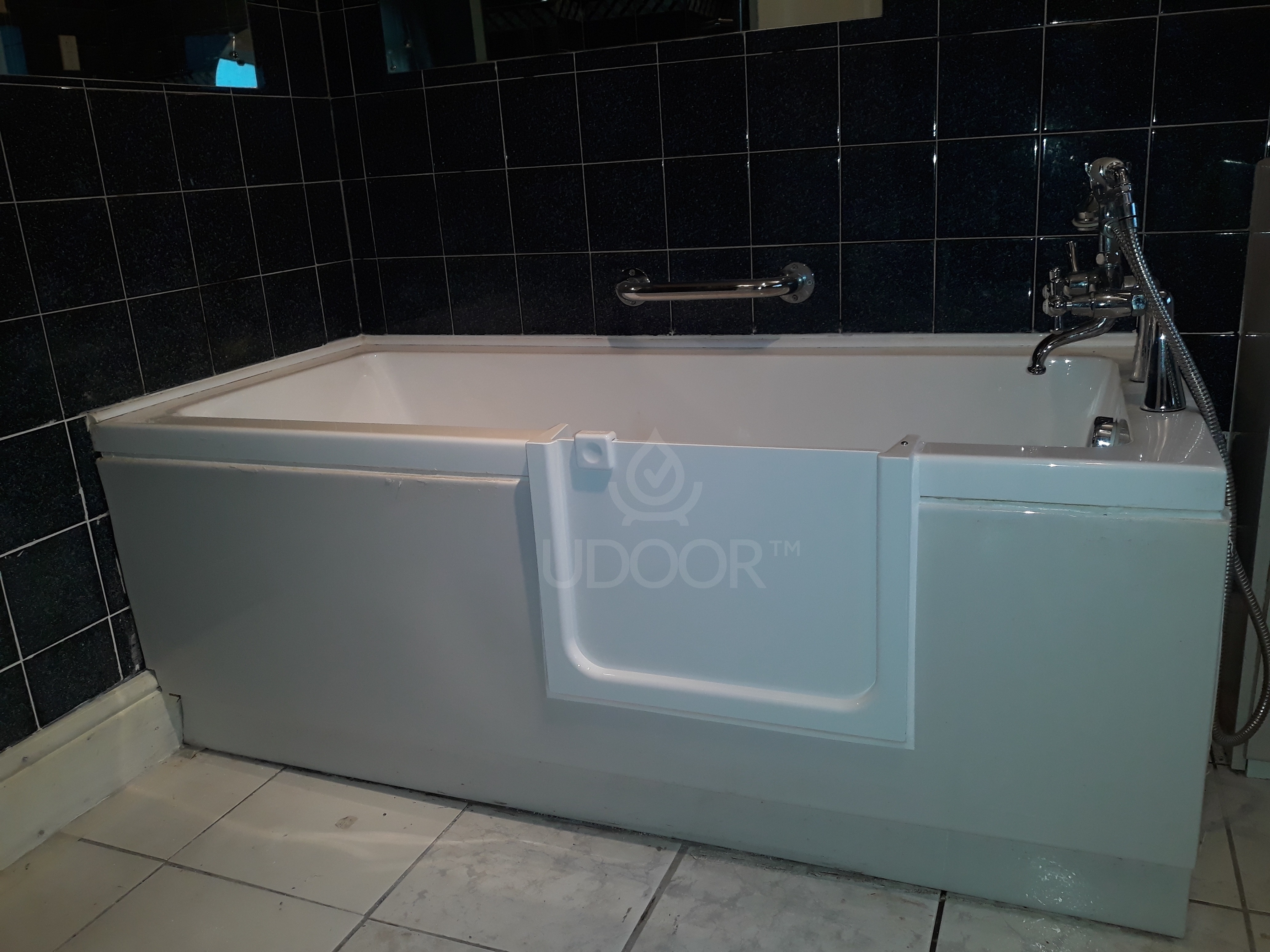 Bathtub with plastic or wooden front panel - UDOOR - Bathtub door